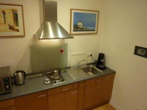 A kitchen or kitchenette at Lessing-Apartment