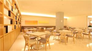 A restaurant or other place to eat at JI Hotel Shanghai Tiantong Road