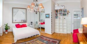 Кровать или кровати в номере Apartment on M. Konyushennaya