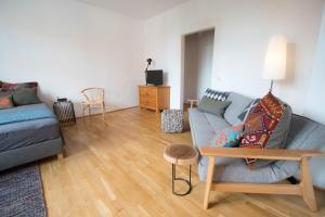 Ein Sitzbereich in der Unterkunft Modern design im klassischem Altbau