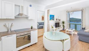 A kitchen or kitchenette at Apartment Majestic
