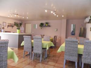 Restaurant ou autre lieu de restauration dans l'établissement Hotel Les Pins