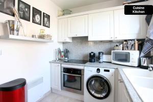 A kitchen or kitchenette at Coeur de Cannes - 2 pièces moderne