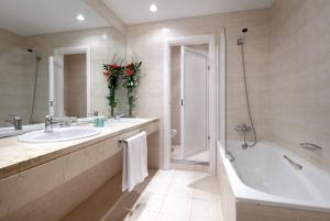 A bathroom at Monasterio de San Miguel