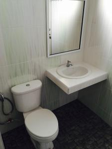 A bathroom at Kanoktid Place