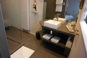 Een badkamer bij B&B Sixteen
