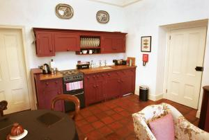 A kitchen or kitchenette at Triumphal Arch Lodge
