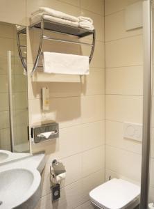 Ein Badezimmer in der Unterkunft Hotel & Restaurant Waldcafe Hettstedt