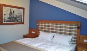 Ein Bett oder Betten in einem Zimmer der Unterkunft Hotel & Restaurant Waldcafe Hettstedt