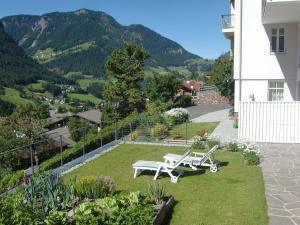 A garden outside Villa Quenz Family Suites