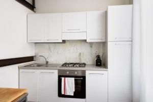 A kitchen or kitchenette at Two-Bedroom close to Mercato Centrale