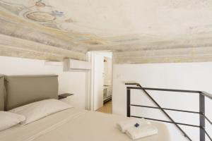 A bed or beds in a room at Two-Bedroom close to Mercato Centrale
