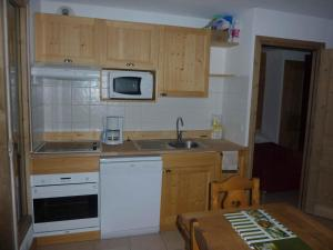 A kitchen or kitchenette at Le Hameau des Neiges