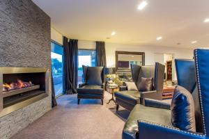 A seating area at Starhaven Retreat