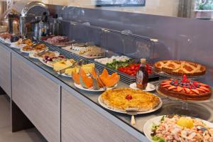Eten bij of ergens in de buurt van het hotel