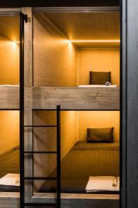 Двухъярусная кровать или двухъярусные кровати в номере THE KUBZ Capsule Hotel