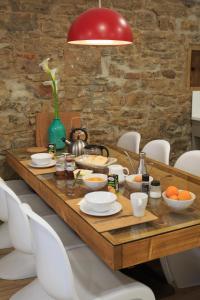 Coffee and tea-making facilities at Albergue de Pamplona-Iruñako