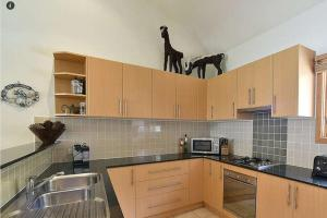 A kitchen or kitchenette at Tomarlin Views 2
