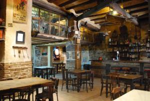 Un restaurant u otro lugar para comer en Fonda Del Tozal