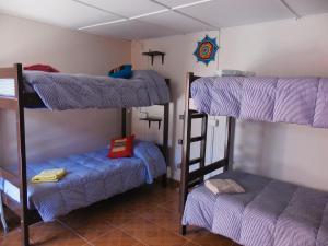 Uma ou mais camas em beliche em um quarto em Hostal Campo Base