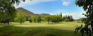 Um jardim em Altos de Belgrano Hotel Cabañas Golf y Spa