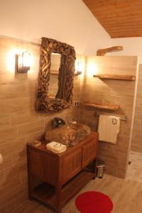 Salle de bains dans l'établissement L'isba des bois, hors du temps
