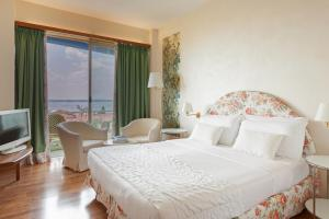 A bed or beds in a room at Hotel Olivi Thermae & Natural Spa