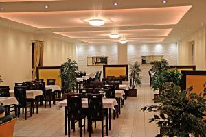 Reštaurácia alebo iné gastronomické zariadenie v ubytovaní Penzion Plaza