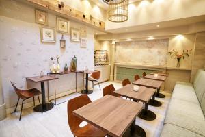 Een restaurant of ander eetgelegenheid bij Hotel The Bird