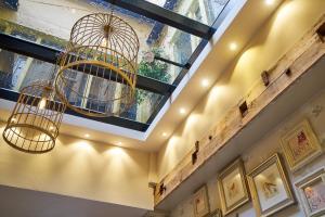De lobby of receptie bij Hotel The Bird