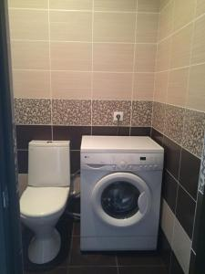 A bathroom at Apartments at Bulvar Pobedy
