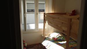 A bunk bed or bunk beds in a room at Appartement les pieds dans l'eau