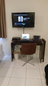 A television and/or entertainment centre at Villa Verde Suites Sudoeste