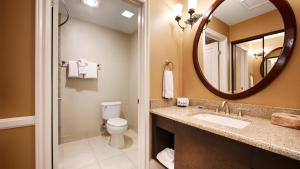 A bathroom at BEST WESTERN PLUS San Pedro Hotel & Suites
