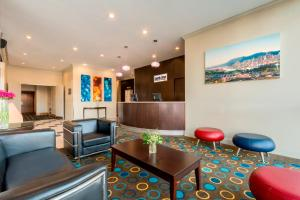 The lounge or bar area at Park Inn & Suites by Radisson