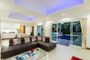The lounge or bar area at Private Pool Villa 4 bedrooms
