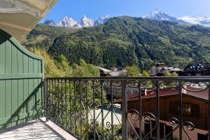 A balcony or terrace at APARTMENT COSMIQUES - Central Chamonix - Sleeps 4