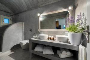 A bathroom at Blanca Luxury Villa