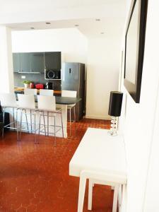 A kitchen or kitchenette at Appartement coeur historique Aix