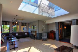 The lounge or bar area at Devon Inn Hotel