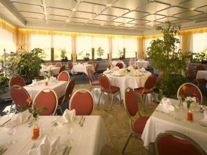 Ein Restaurant oder anderes Speiselokal in der Unterkunft Hotel Schoch