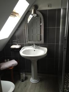 Salle de bains dans l'établissement Château de Taussac