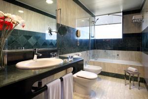 A bathroom at Hotel Vía Castellana