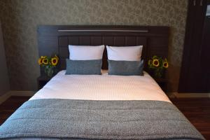 A bed or beds in a room at Ozo Hotels Armada Amsterdam