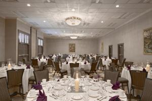 A restaurant or other place to eat at Embassy Suites Napa Valley