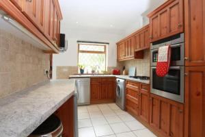 A kitchen or kitchenette at Bournemouth Holiday Home