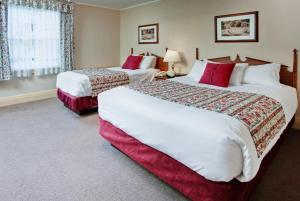Кровать или кровати в номере Harrison Hot Springs Resort & Spa