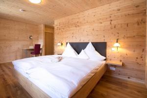 Ein Bett oder Betten in einem Zimmer der Unterkunft Hotel Gasthof zur Post