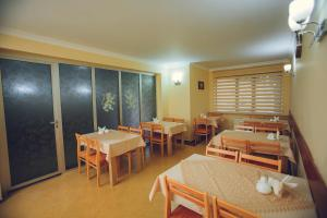 A restaurant or other place to eat at Daisi Sunset Hotel