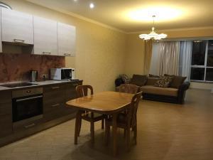Кухня или мини-кухня в Apartment na Pervomayskoy 19